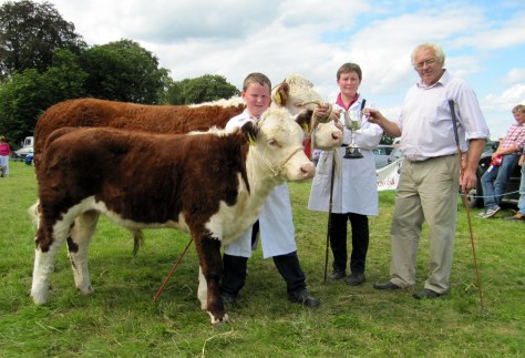 10.Winner of the cow class Kilsunny Doreen's Ivy with L to R Padraig Farrell, owner Christine Drumm and Martin Murphy presenting the Murphy Trophy.