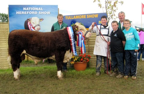 Male Champion Cavehill Storm, Irish Hereford Society President Ivor Deverell with Padraig Farrell & Family