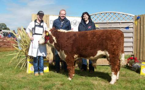 1st prizewinner Gurteragh Nathan 603 with Eileen O'Keeffe and Judge John Appelbe