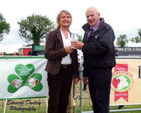 William Branagan (Chairman, IHBS) making a presentation to the Judge, Mrs. Hazel Timmis, in appreciation for judging the 2015 National Hereford Show
