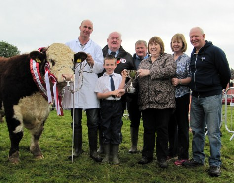 Supreme Champion Riverrock Superstar with Tony Hartnett being presented with the John Thompson  Memorial Trophy by the Thompson  Family